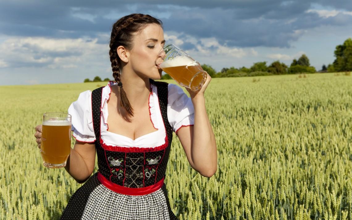 Голые женщины пьют пиво хороших